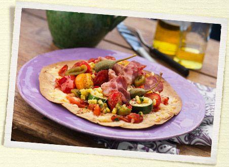 Tacopizza med chorizo, oliven og kapers