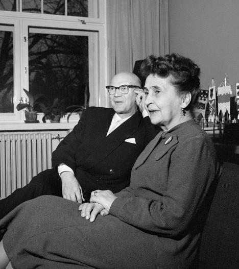Tasavallan presidentti Urho Kekkonen ja rouva Sylvi Kekkonen kotioloissa Tamminiemessä vuonna 1958.