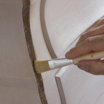 LA PATINE BICOLORE A L'ESSUYE Pour pièces avec reliefs. Permet d'utiliser 2 couleurs contrastées pour un effet plus « usé ». Les patines Liberon à base de caséine. Appliquer 2 couches gris clair sur tout le meuble poncé et lessivé. Sécher 24 h.  Peignez les reliefs en gris foncé au pinceau fin et sans attendre tamponner les creux au chiffon non pelucheux en coton dans le sens des fibres du bois pour faire apparaître la couleur sous-jacente. Sécher 24 h et passer une couche de cire incolore.