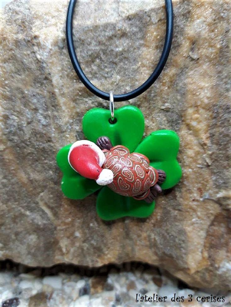 Collier trèfle à 4 feuilles avec sa tortue Noël en fimo de la boutique latelierdes3cerises sur Etsy