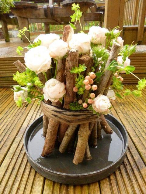"""Petits bouts de bois,brindilles, ficelle, raphia, herbes des """"champs"""", et quelques fleurs..."""