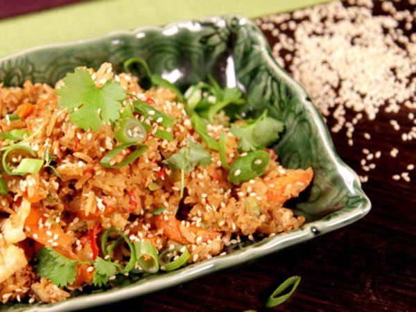 Wok med ris, så kallat fried rice, här på fläskfärs med blomkål,     morot, chili och ingefära.