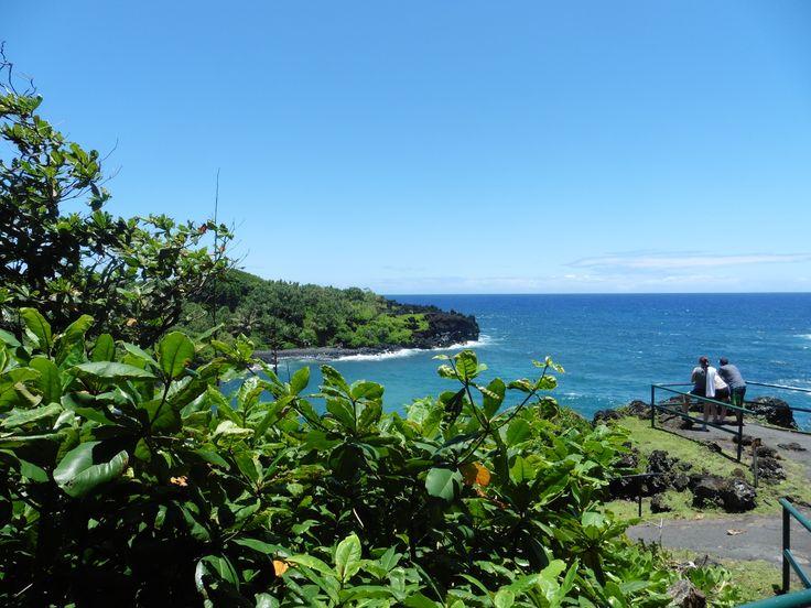 Maui, Havaijii. Wai'anapanapa Beach. Ranta on upea osoitus Mauin luonnon monimuotoisuudesta - vehreyttä ja mustaa laavakiveä.