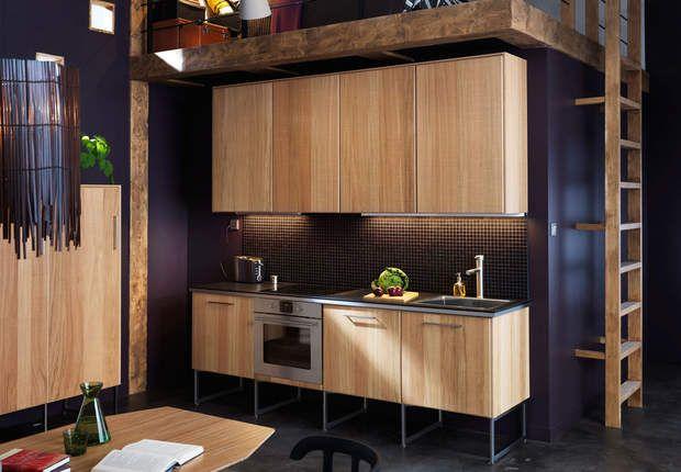 Cuisine Ikea, Le système Metod permet de composer sa cuisine à la carte avec des caissons à dimensions variables. Ici, façades en bois plaqué chêne et pieds Limhamn en acier inoxydable. Metod, façades Hyttan chez Ikea.