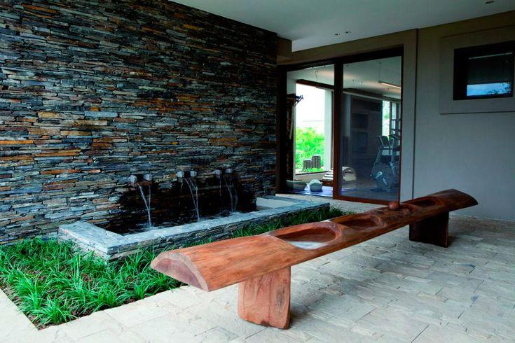 Patios interiores de casas modernas buscar con google for Patios con piedras