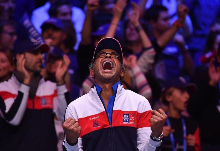 Le capitaine de l'équipe de France, Yannick Noah, savoure la victoire de ses joueurs en Coupe Davis, le 26 novembre 2017, à Villeneuve-d'Ascq (Nord). C'est la dixième victoire de la France dans cette compétition. PHILIPPE HUGUEN / AFP