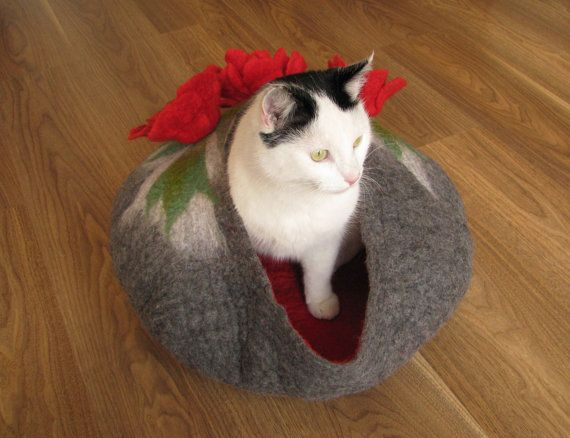 Grey bed with poppies – cat bed, cat house, cat cave felted, pet bed, grey house, wool cat house, bed with flowers