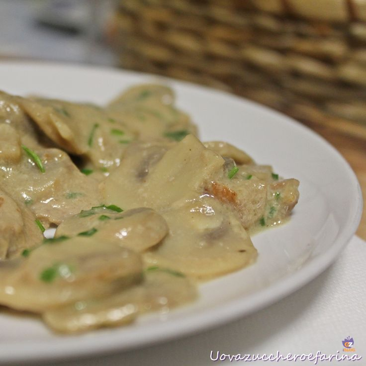 L'arrosto di vitello con champignons è una ricetta di semplice preparazione ma di ottimo risultato, un'alternativa alle classiche scaloppine con i funghi.
