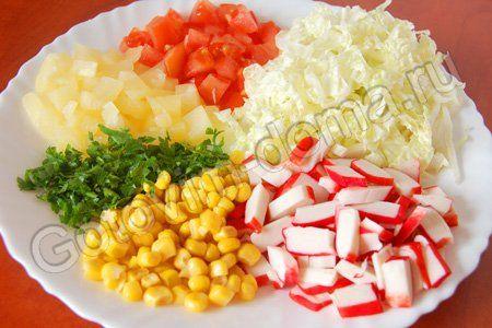 Салат Каприз (с крабовыми палочками, кукурузой и пекинской капустой)