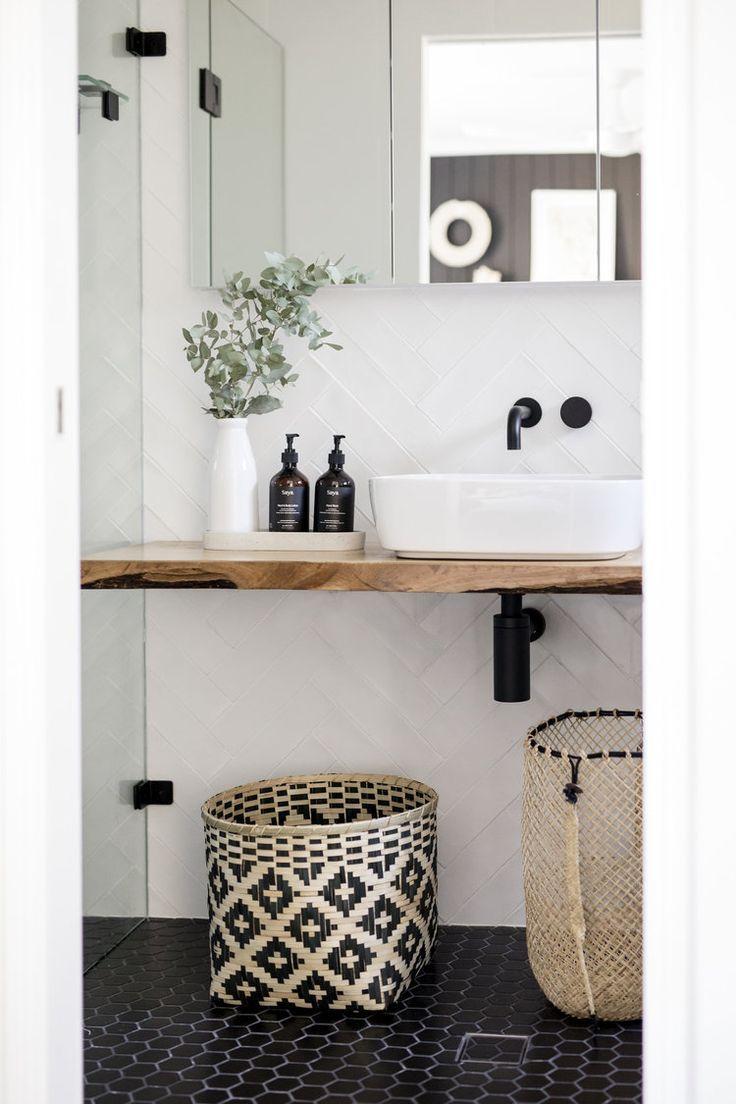 Originelle Badezimmer Einrichtung Idee mit schwarz gemustertem Bambuskorb (bei H
