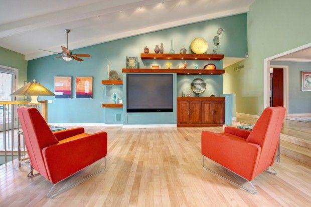 Сочетание оранжевого и бирюзового цвета в просторной гостиной