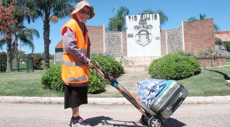 Emma Morosini es una italiana que cumplió 91años el pasado 8 de enero. Le ha hecho una promesa a la Virgen María y para cumplirla está caminando desde Tucumán hasta el Santuario de Luján en Argentina. Hasta el momento ya ha recorrido unos mil kilómetros.