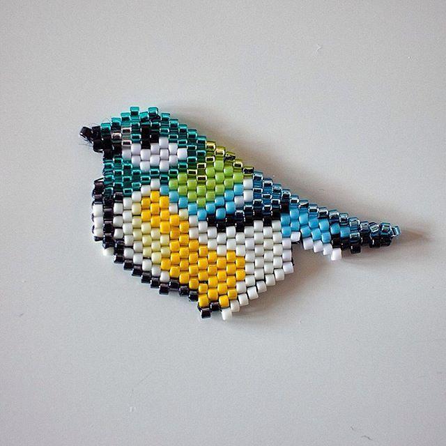 Petit oiseau tissé en #brickstitch d'après le modèle de #rosemoustache . Encore une fois j'hésite entre broche et pendentif