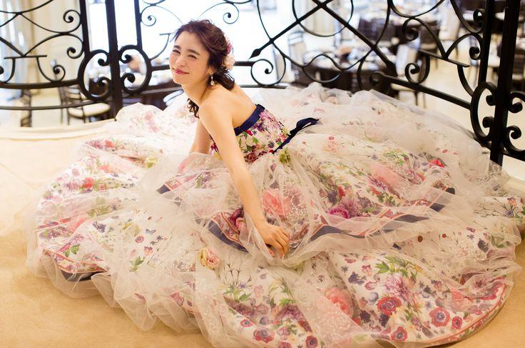 【THE HANY 2016 リリアン】2段のティアードスカートをチュールのバルーンスカートで覆うことで奥行が生まれ、ラメ刺繍で輝きをプラス。7種類のお花をバルーンの中と外に飾り付けて、立体感と華やかさを演出します。