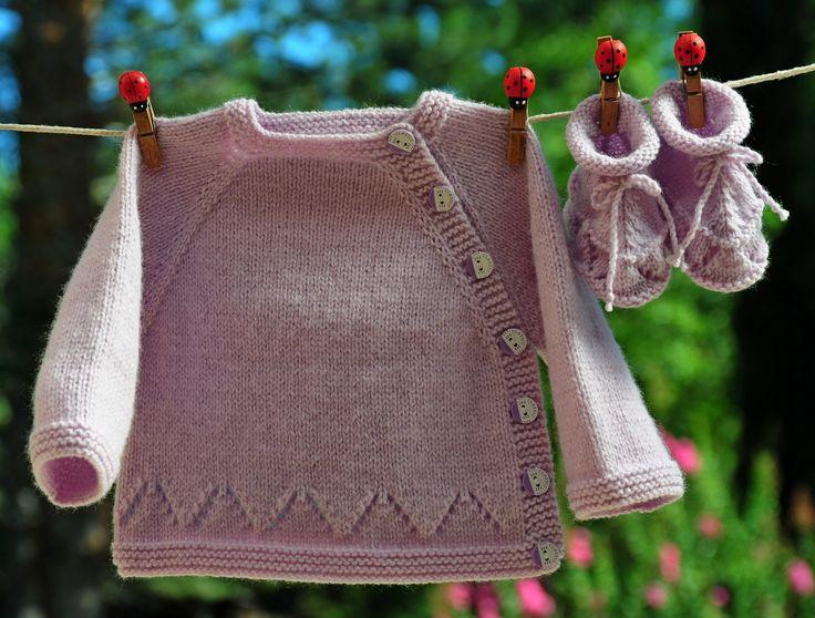 layette ensemble violet naissance brassière et chaussons neuf tricoté main : Mode Bébé par com3pom