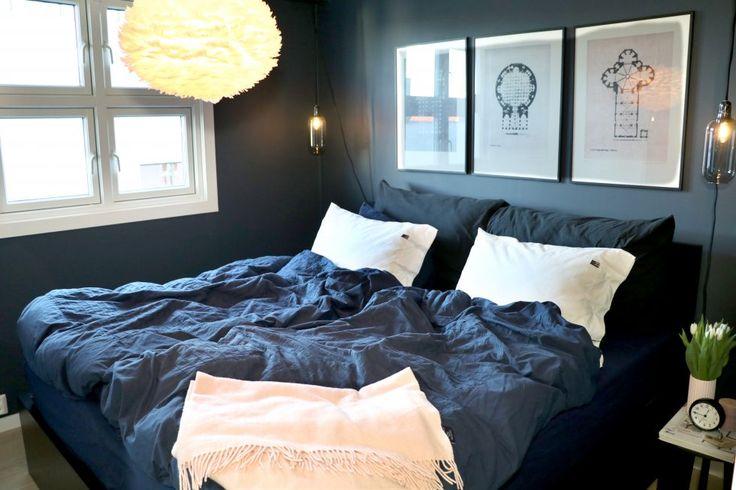 I motsetning til resten av leiligheten, er Kristinas soverom innredet i mørke farger.