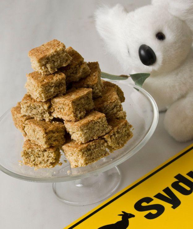 180 γρ. νιφάδες βρόμης 110 γρ. ζάχαρη μαύρη 100 γρ. αλεύρι για όλες τις χρήσεις 2 κ.σ. maple syrup (σιρόπι σφενδάμνου) ή μέλι 1 κ.γ. μπέικιν πάουντερ 2 κ.σ. βραστό νερό 125 γρ. βούτυρο αγελάδας, λιωμένο