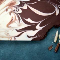 Ein tolles Mitbringsel für große und kleine Naschkatzen: weiße, Vollmilch- und Zartbitterschokolade vereint imsüßen Kunstwerk.