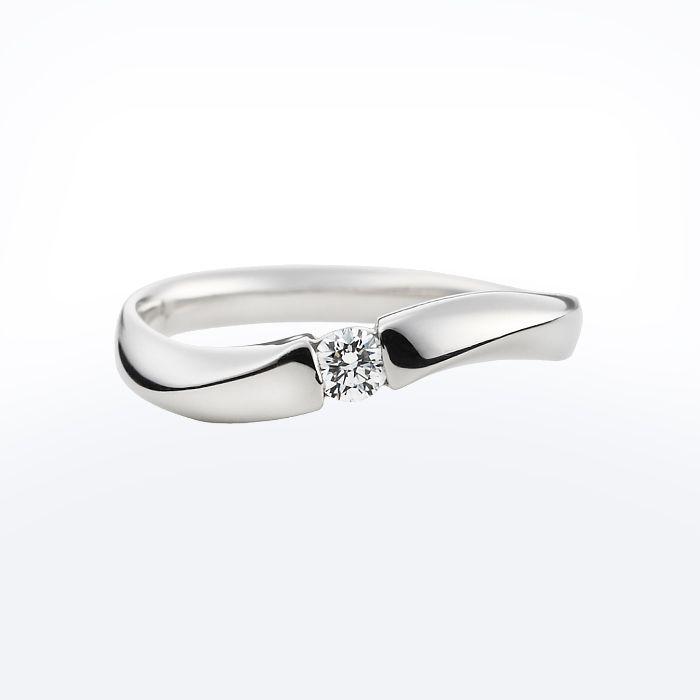 シンプルなフォルムと指元を華やかに飾るダイヤモンドが人気のリング。