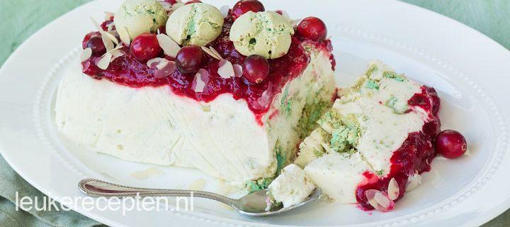 ijstaart met cranberrysaus