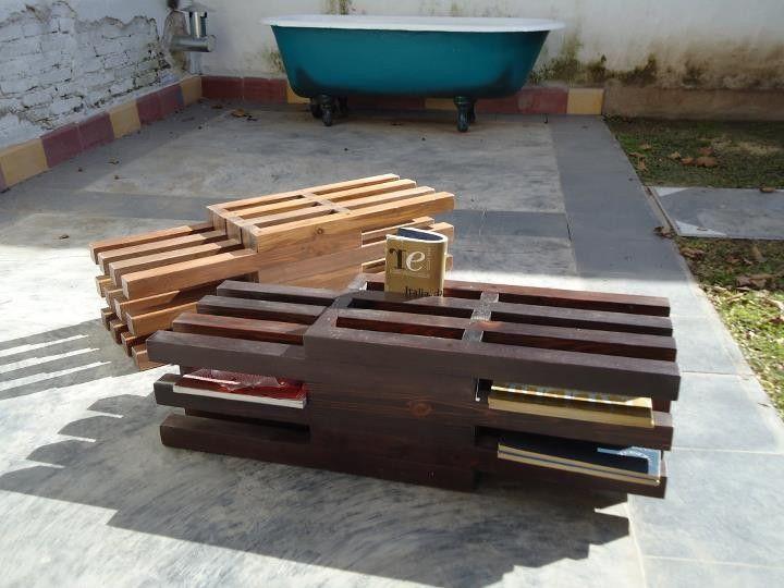 Revistero construido con descartes de madera, teñido y lustrado