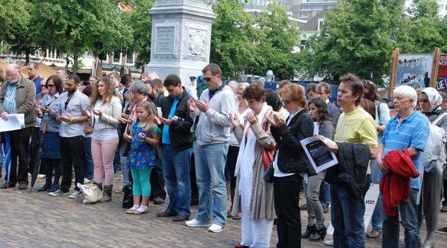 1992 - 1995 yılları arasında Sırp askerlerinin 8 bin Bosnalı Müslümanı öldürdüğü Srebrenitsa Katliamı'nın 17. yıl dönümü için Hollanda'nın parlamento başkenti Lahey'deki meclis bahçesinde anma töreni düzenlendi.
