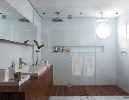 Espelho + porcelanato nas paredes + nicho + duchas duplas no teto