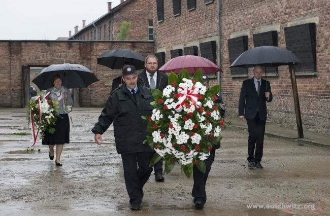 Commemorating the National Day of Remembrance for Victims of the Nazi Concentration Camps, the director and employees of the Auschwitz Memorial Site laid a wreath at the Dath Wall. 72 years ago, on June 14, 1940, the Nazis transported a group of 728 Polish political prisoners from the prison in Tarnów to the newly built concentration camp of Auschwitz.