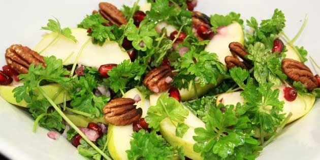 Vidunderlig salat, der leverer både noget sødt og let syrligt med den lækre sammensætning af æbler, nødder og persille.