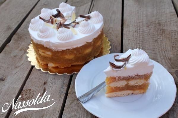 Igazán egyszerű, gyorsan elkészíthető és finom őszi tortácska, amit ráadásul sütni sem kell. Hűtéssel együtt szerintem nem több, mint egy óra alatt elkészül, ami azért nem rossz. Persze minél tovább hagyjuk összeérni az ízeket, annál finomabb lesz! ;) Ez egy picike torta lett, mert csak gyors desszertnek gondoltam, de elfogyott. :D Egy 16 cm-es tortaformához: 50 dkg alma 1 csomag főzős vanília pudingpor (40 gr) 2 dl víz babapiskóta cukor, őrölt fahéj ízlés szerint 3 dl habtejszín A dolog rém…