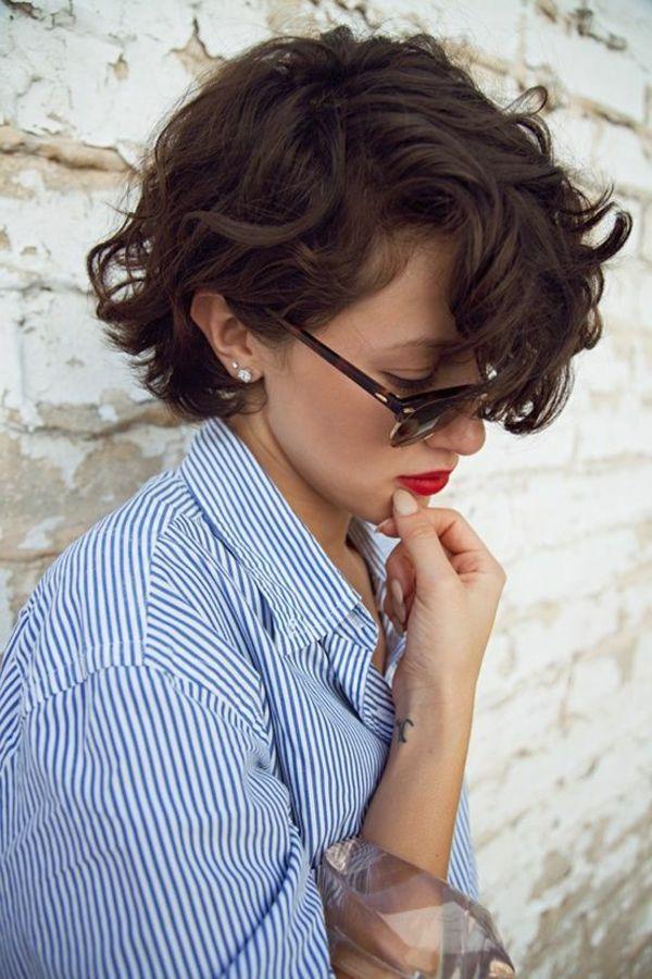Coupe de cheveux courte avec des boucles