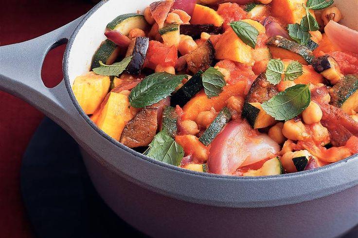 Marokkaanse groentestoofpot met kikkererwten. Heerlijk en makkelijk te maken. Dit is een vegetarisch gerecht maar je kan dit ook met kip, kalfs of lamsvlees maken