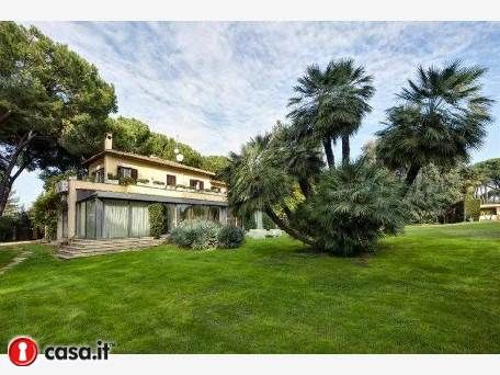 900 sq.m. villa situated in a splendid park of Appia Antica, one of the most prestigious streets of Rome, surrounded by a green park of total area of 6700 sq.m