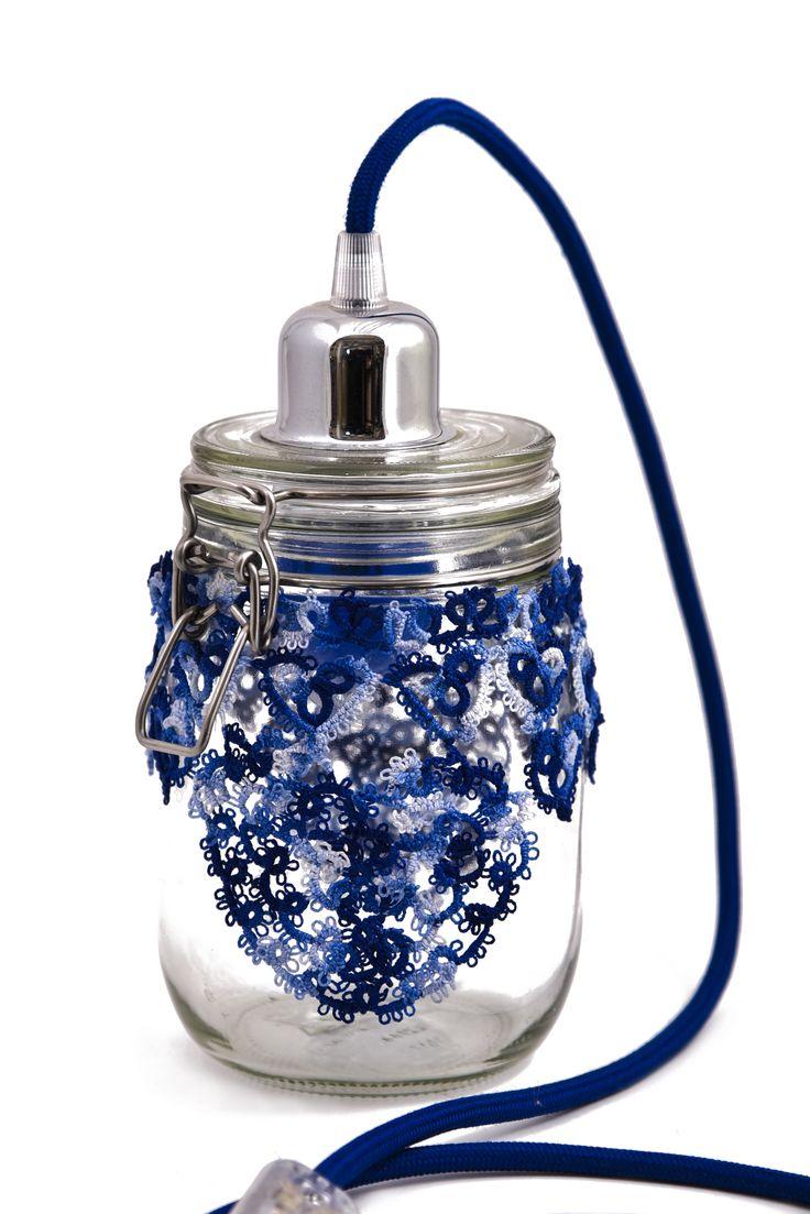 Lampada Baton Lampada barattolo con lavorazione al tombolo, lampadina colorata e filo in tinta.