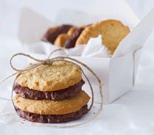 Crunchy Erdnuss- & Schoki-Cookies - weiche Ernussbutterkekse mit crunchiger Erdnussbutter und Schokoladenkekse mit etwas Haselnüssen, Kakao und Zartbitterschokolade - http://www.lecker.de/rezept/2237231/Crunchy-Erdnuss-Schoki-Cookies.html