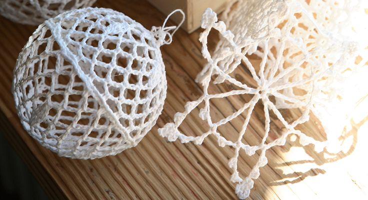 Inspirées de la technique traditionnelle de napperons amidonnés, ces suspensions en forme de boule et étoile viendront décorer le sapin de Noël. Temps : 1h – Budget : 6 euros (pour 6 à 8 ...