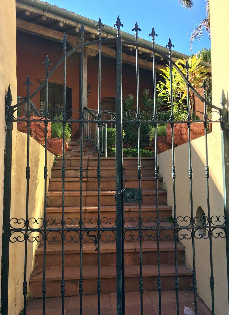 Portón de casa Viola de Asunción-Paraguay