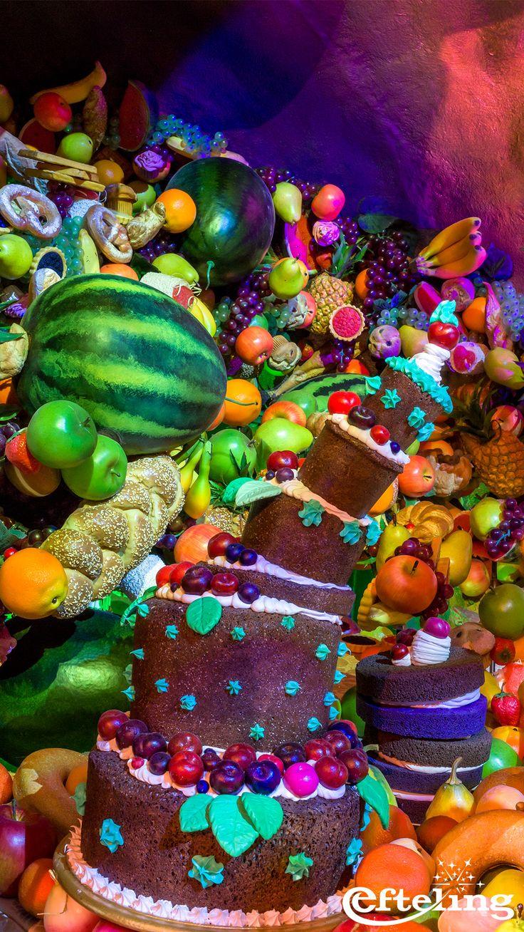 Smullen maar! In de Koningszaal van Symbolica vind je taarten, broden en alle soorten fruit.