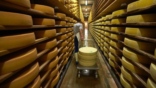 In fünfter Generation produziert die Familie Murith in der Schweiz den Hartkäse Gruyere. Mindestens ein halbes Jahr lang reift der Käse in s...