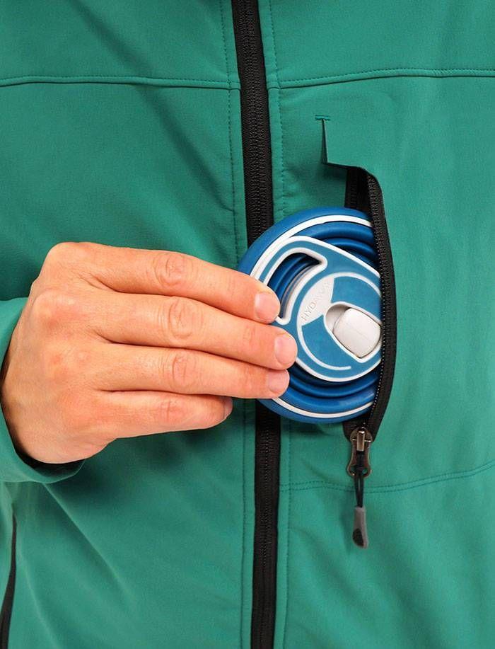 Hydaway: Una botella de agua plegable que cabe en tu bolsillo.  Una solución ingeniosa para un problema cotidiano. Recuerda que 90.000 botellas de plástico se tiran cada minuto en el mundo.