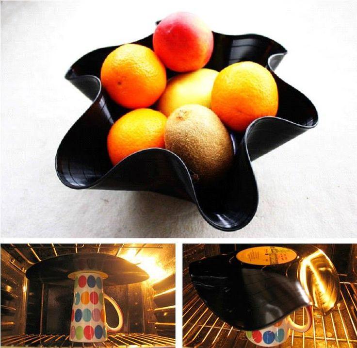 Fruteira de disco de vinil:  1 - Aqueça o forno a 200 graus.  2 - Coloque o disco em cima de um recipiente resistente ao calor, como um copo, molde o tigela de vidro.  3 - Espere alguns segundo até que o disco amoleça e fique na forma de um recipiente.  4 - Tire do forno com cuidado para evitar queimaduras e deixe esfriar. 5 - Pronto! Você terá uma fruteira super estilosa feita de disco de vinil.