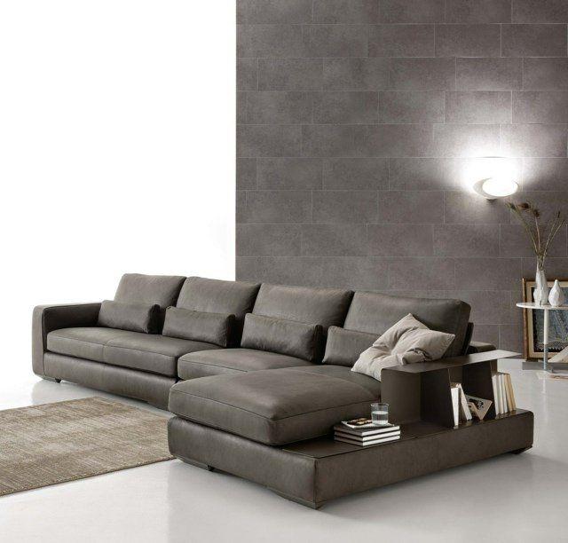 un canapé en cuir noir avec rangement et un tapis gris dans le salon