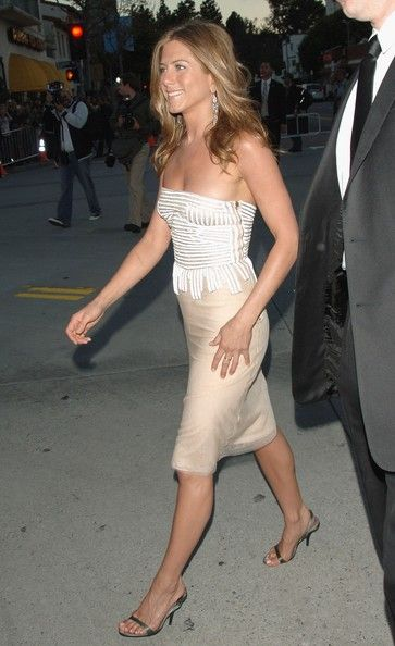 """Jennifer Aniston Photos Photos - Actress Jennifer Aniston arrives to Universal Pictures world premiere of the film 'The Break-Up' at the Mann Village Theatre on May 22, 2006 in Westwood, California. - Universal Pictures Premiere Of """"The Break Up"""" - Arrivals"""