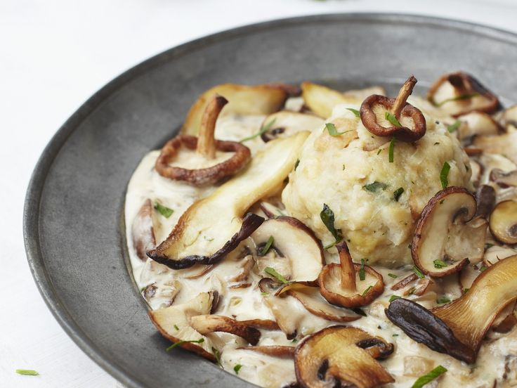 Semmelknödel mit Pilz-Rahm-Soße | Zeit: 40 Min. | http://eatsmarter.de/rezepte/semmelknoedel-mit-pilz-rahm-sosse