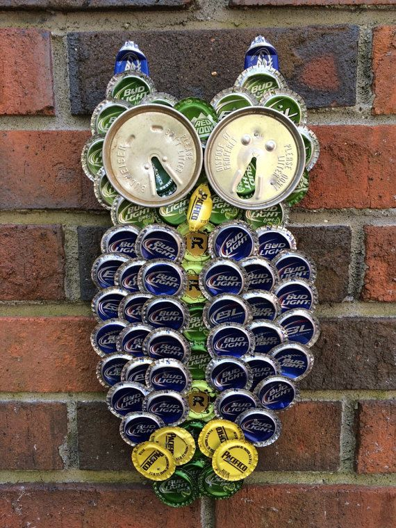 Chouettes, ils sont 1 pi de hauteur et sont fabriqués avec des capsules de bouteilles recyclées et can vintage hauts fait sur commande. Les couleurs que vous pouvez choisir sont : Bleu, vert, noir, blanc, brun, or, argent.