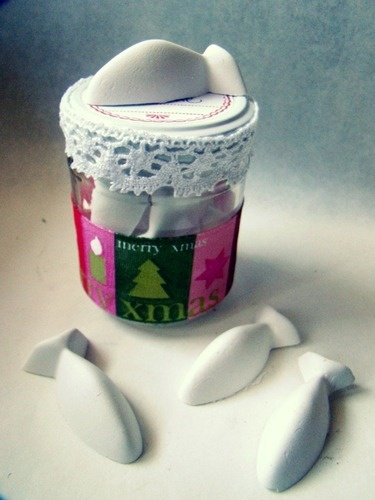 Pesciolini - Gessetti profumati al Limone Glass jar decorated with Christmas fabric and cotton lace. Contains 5 scented fish, plaster, hand-made. to buy: http://blomming.com/mm/Aromantiche/items/pesciolini-gessetti-profumati-al-limone?page=2_type=thumbnail
