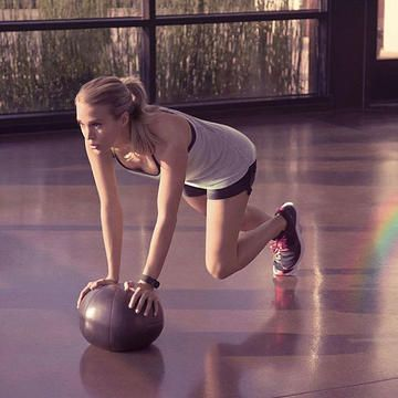 Get a slim, sleek body just like Carrie Underwood's by performing her fat-burning tabata workout designed by a celebrity trainer. Carrie uses these 4 no-equipment required moves at home or on the road to keep her flat stomach, toned legs and killer arms.