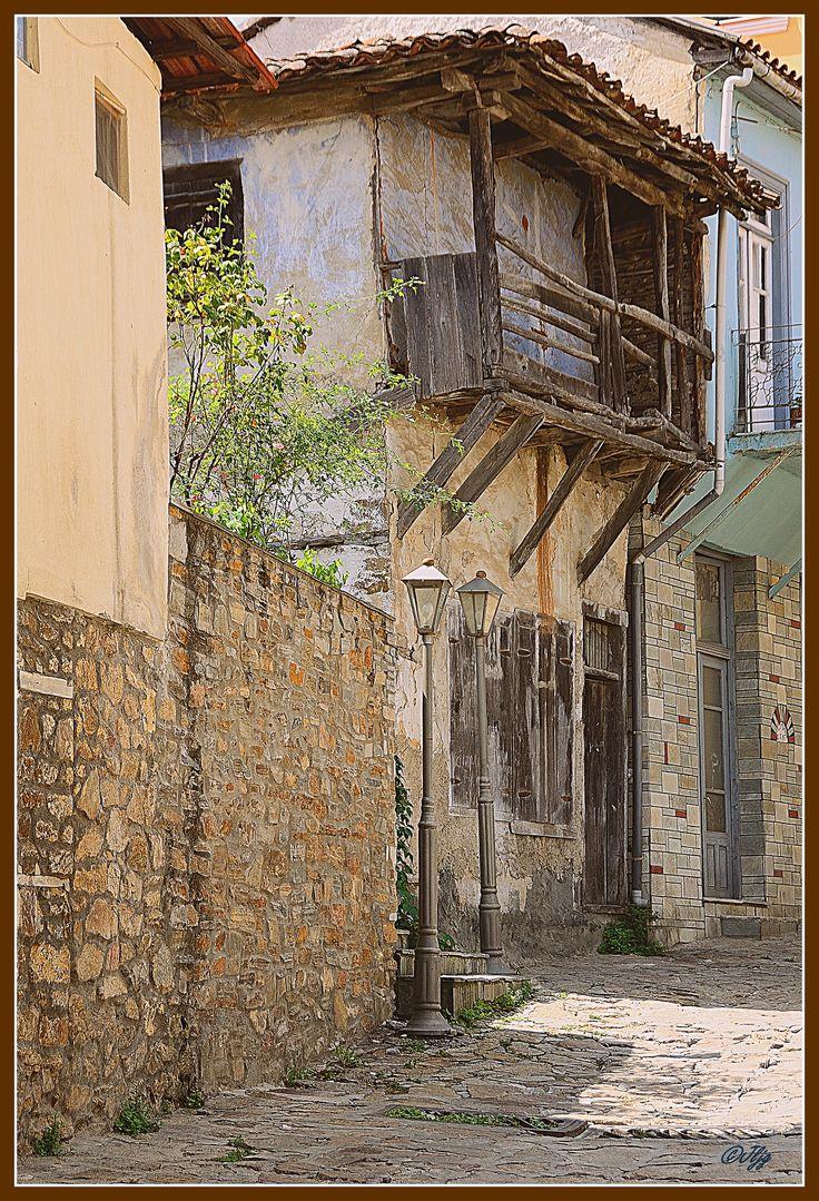 Αρναία _ περπάτημα | Αρναία, μια μικρή Πόλη στη Χαλκιδική.  Τα τελευταία χρόνια έκαναν μια μεγάλη και καλή δουλειά. Πολλά από τα παλαιά σπίτια τα    αναπαλαίωσαν. Αξίζει τον κόπο να την επισκεφτείτε  Arnea - Una pequeña población en Xalkídika  en la que en los últimos años se ha realizado un trabajo de restauración de las antiguas viviendas muy notable. Si se tiene la oportunidad vale la pena visitarla.