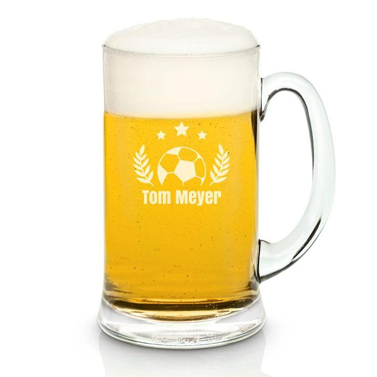 Das gemütliche Biertrinken beim Fußballschauen macht bestimmt noch etwas mehr Spaß mit dem richtigen Trinkgefäß. Genau dafür eignet sich dieses Bierglas dank der Gravur eines Fußballs schon mal ziemlich gut. Zum kleinen Geschenkehighlight für den Bier- und Fußball-Fan wird es aber dank desindividuellen Namensschriftzugs