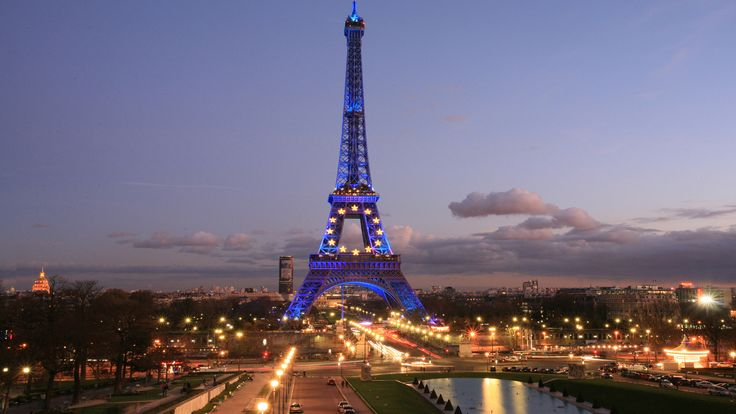 Tempat berdirinya menara Eiffel ini memiliki makanan yang lezat, anggur dan suasana yang nyaman. Anda bisa melakukan makan malam romantis sambil melihat menara eiffel